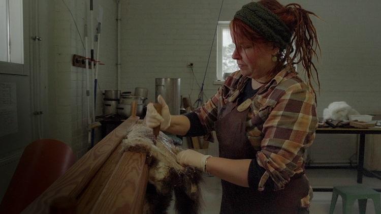 Skinngarvningsmästare Hanna Nore garvar ett mårdhundsskinn.