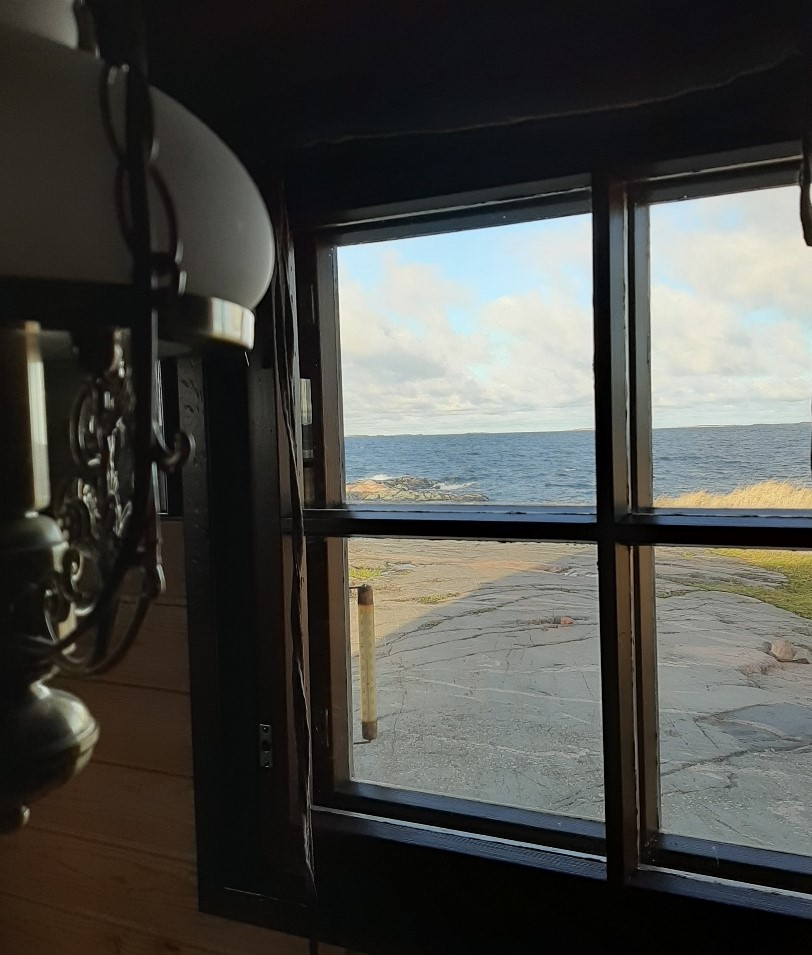 Utsikt från fönstret i en stuga på ön Jurmo.